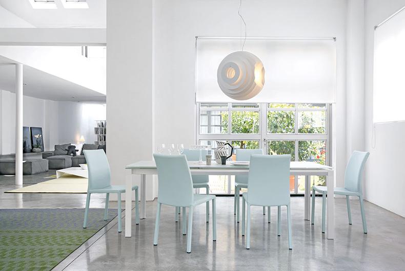 Tavolo modello Chat e sedie Marta di Bonaldo, soluzione venduta da Bassi Design