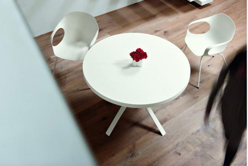 Tavolo piccolo modello Oops di Kristalia