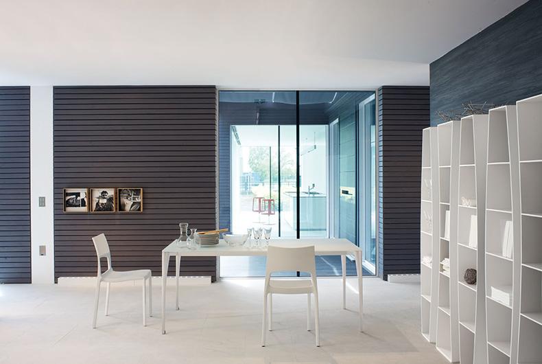 Tavolo modello Sol e sedie Idole di Bonaldo, per l'arredo cucina