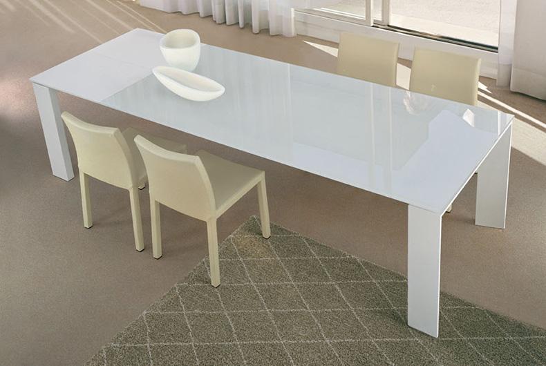 Tavolo in vetro modello Twice e sedie Miranda di Bonaldo